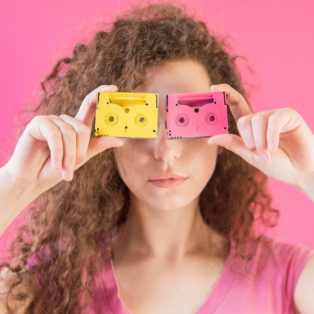 Девушка с вьющимися волосами закрыла лицо лентами Бесплатные Фотографии