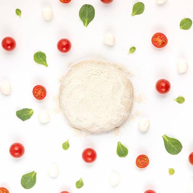 Вид сверху ингредиенты и тесто для пиццы Бесплатные Фотографии