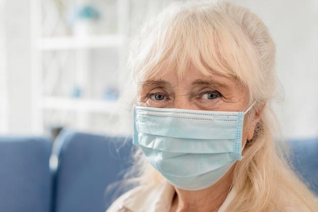 マスクをしたおばあちゃんの肖像画 無料写真