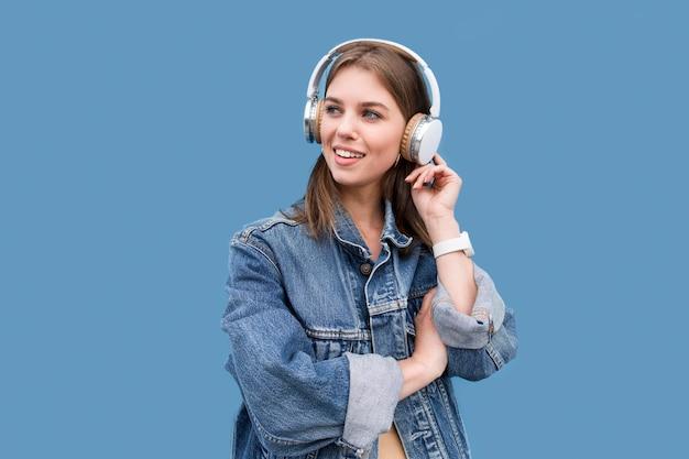 ヘッドフォンを持つ若い女 無料写真