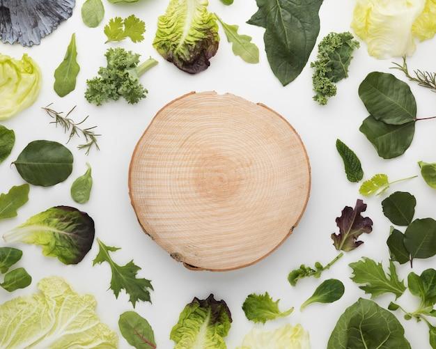 Вид сверху расположения листьев салата и разделочной доски Бесплатные Фотографии