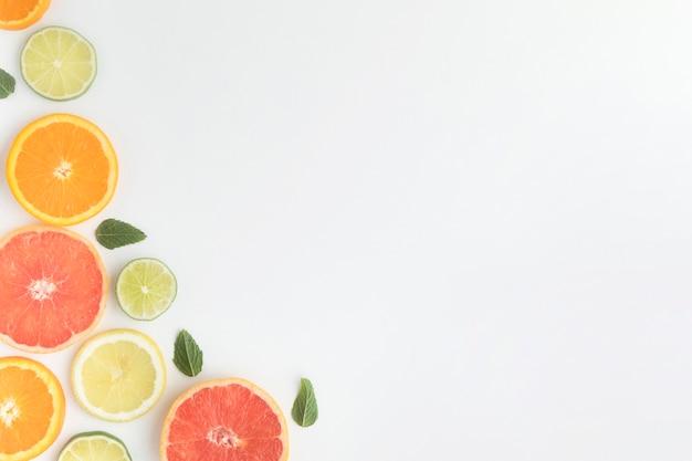 柑橘系の果物のコピースペースの部分をカット 無料写真