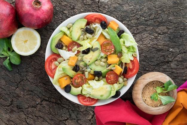 Вид сверху питательный летний салат в миске Бесплатные Фотографии