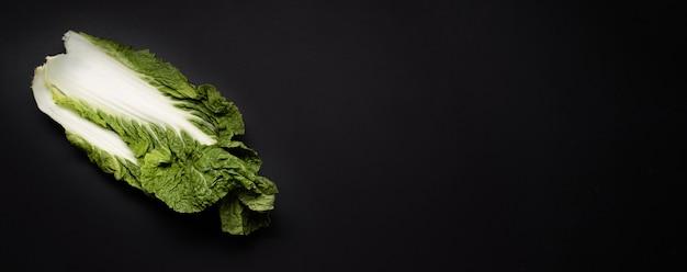 Вид сверху салат на темном фоне копией пространства Бесплатные Фотографии