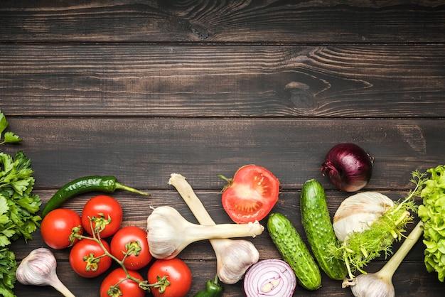 Овощи для салата на фоне копией пространства деревянный Бесплатные Фотографии