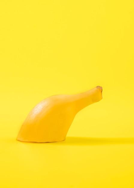 Крупный план нарезанный банан на столе Бесплатные Фотографии