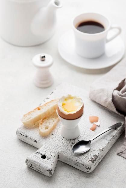 Вареное яйцо на разделочной доске Бесплатные Фотографии