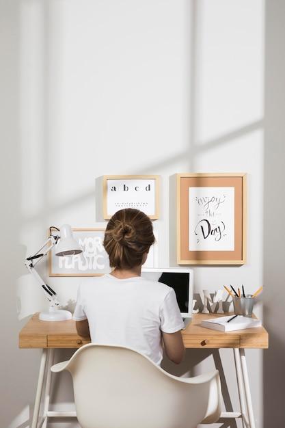 自宅でラップトップで作業する個人 無料写真