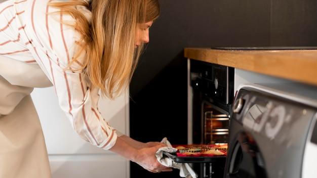 Вид спереди матери готовить дома Бесплатные Фотографии