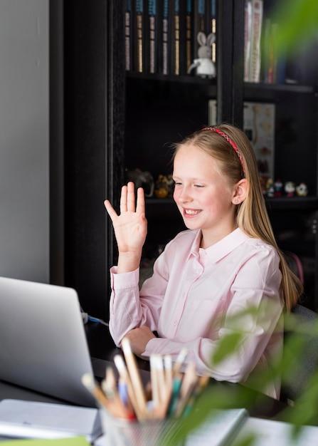 Девушка машет своим коллегам через веб-камеру Бесплатные Фотографии