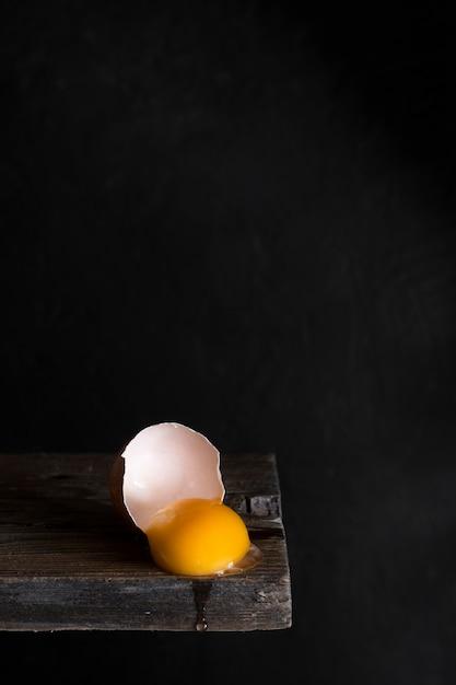 Яичный желток на деревянной доске Бесплатные Фотографии