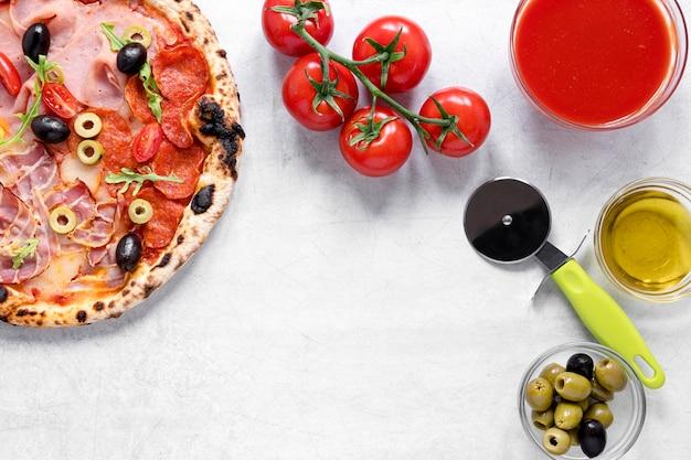 フラットで美味しいピザソース添え 無料写真