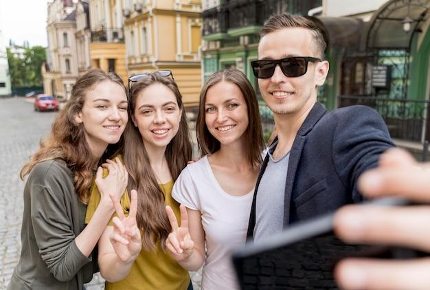 Группа друзей, принимающих селфи на открытом воздухе Бесплатные Фотографии