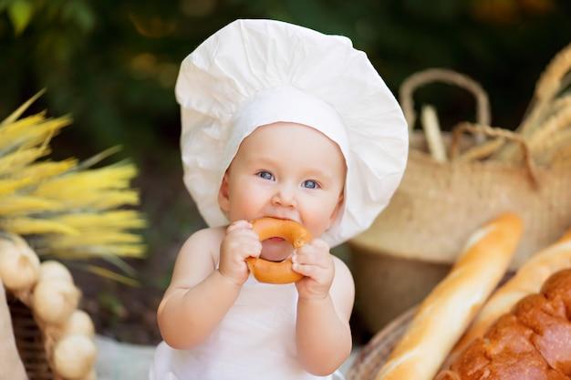 少年は自然の中で野菜のサラダを調理します。庭師は野菜の収穫を収集します。商品のお届け Premium写真