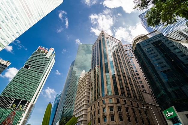 近代的なオフィス本社ビル。シンガポールの街の高層ビルの低角度のビュー。パノラマとパースペクティブビュー成功産業技術アーキテクチャのビジネスコンセプト。 無料写真