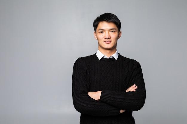 Китайский красавец улыбается и смеется, изолированные на белой стене Бесплатные Фотографии