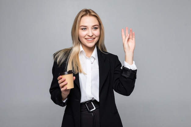 コーヒーとカップを保持している陽気な実業家の肖像画。 無料写真