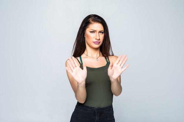 分離された手のひらで一時停止の標識を示す若い魅力的な女性の肖像画 無料写真