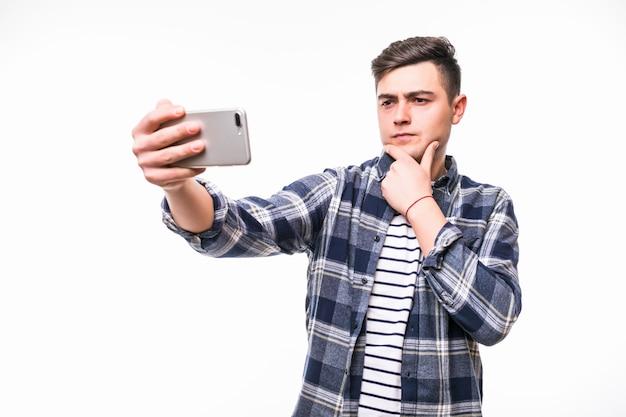 Веселый подросток, принимая смешные селфи с его мобильным телефоном Бесплатные Фотографии
