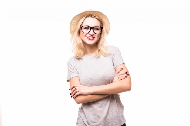 Женщина в прозрачных очках со скрещенными руками на груди, изолированная на белой стене Бесплатные Фотографии