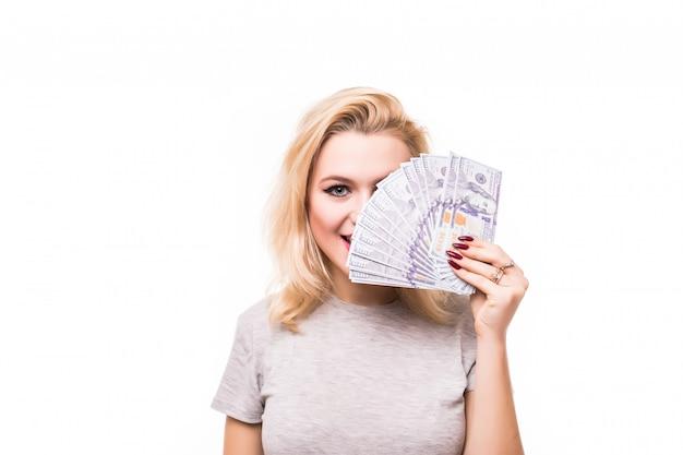 Богатая женщина накрыла свое милое личико деньгами Бесплатные Фотографии