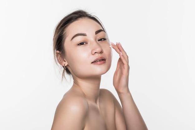 白い壁に分離されたスキンケアのための彼女の手にクレンジングフォームで彼女の美しさの顔を洗う美しいアジアの女性 無料写真