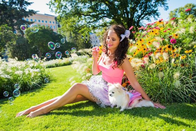 公園で小さな犬チワワで美しい少女 Premium写真