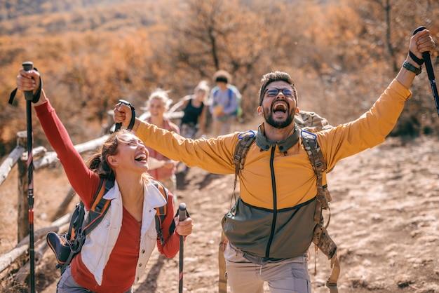 Счастливые туристы достигают цели. Premium Фотографии