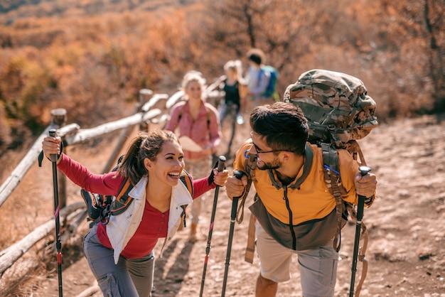 Туристы восхождение на холм. Premium Фотографии