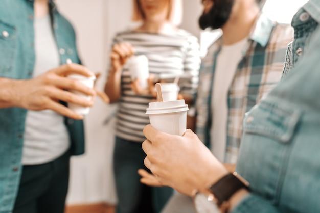 Закройте руки, держа кофе, чтобы идти. начать бизнес концепции. Premium Фотографии