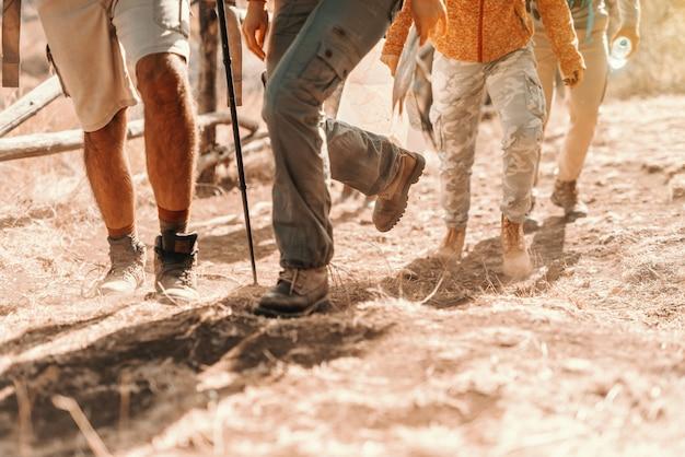 Крупным планом туристов ноги восхождение. походы в природе на осень концепции. Premium Фотографии