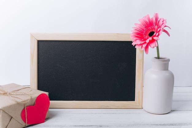 母の日の概念。花と黒板。 Premium写真
