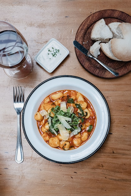 トマトソースの自家製ニョッキ。イタリア料理。 Premium写真