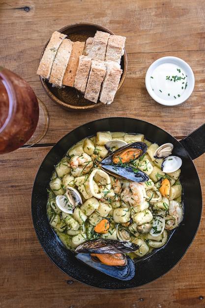 シーフードと自家製ニョッキ。地中海料理。 Premium写真
