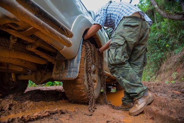 オフロードの森の泥の車の車輪 Premium写真