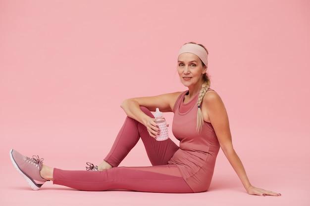 Зрелая женщина носить спортивный костюм Premium Фотографии