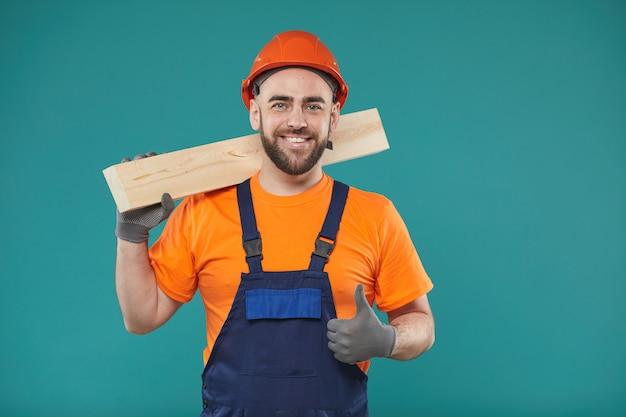 Веселый плотник с большим пальцем вверх Premium Фотографии