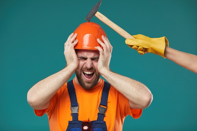 Ручной работник получает удар в голову Premium Фотографии