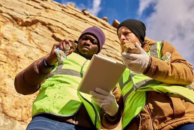 鉱山労働者が鉱物を求めて職場を調査する Premium写真