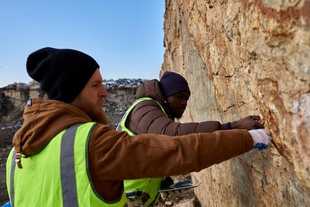 鉱山労働者が土地をテストする Premium写真