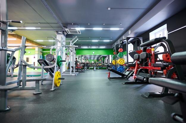 Разные тренажеры в спортзале Premium Фотографии