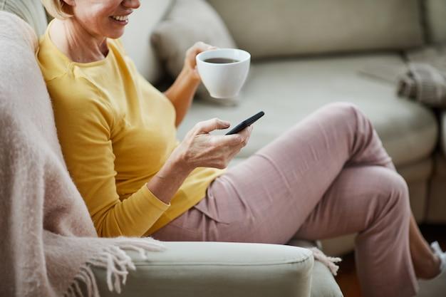 オンラインコミュニケーションを持つ女性 Premium写真