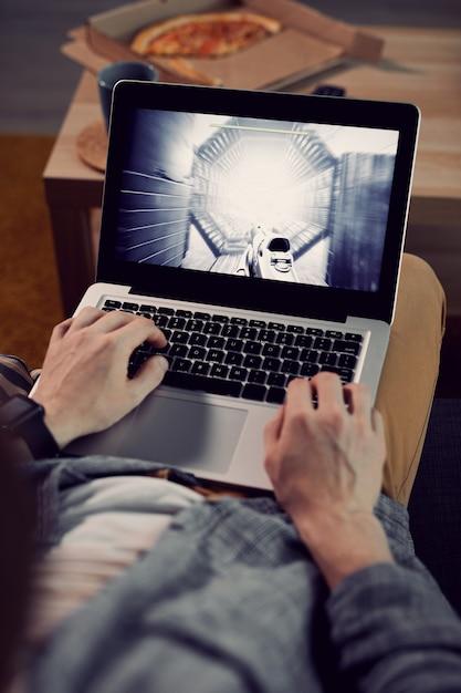 Человек играет в видеоигры крупным планом Premium Фотографии