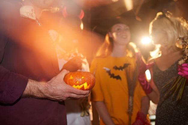 ナイトクラブのハロウィーンパーティーの友達 Premium写真