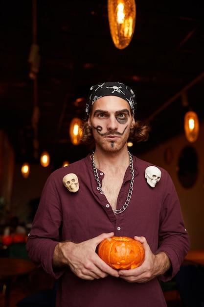 ナイトクラブのハロウィーンパーティーで若い男 Premium写真