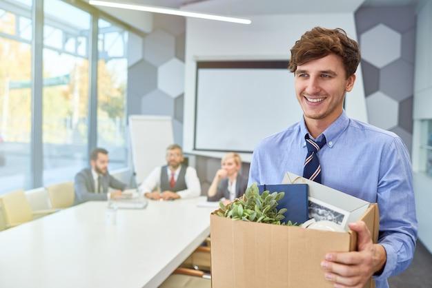 Счастливый молодой человек, начиная карьеру в бизнесе Premium Фотографии