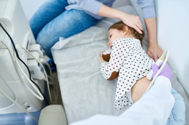 医療ソファの側に横たわっている憂鬱な少女 Premium写真