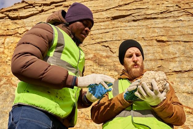 鉱物の土地検索を調査する鉱夫 Premium写真