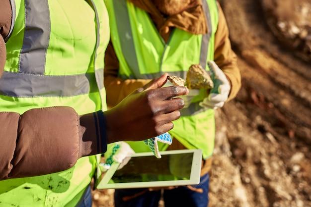 Шахтеры осматривают участок в поисках полезных ископаемых Premium Фотографии