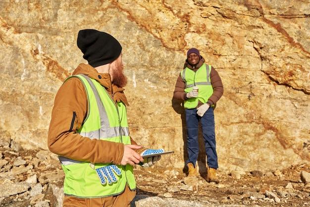 金鉱山労働者が作業現場を検査 Premium写真